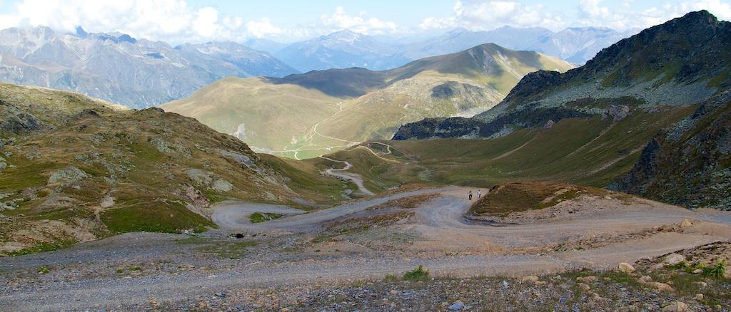 Road between Glandon and Crpix de Fer is lowest road in view